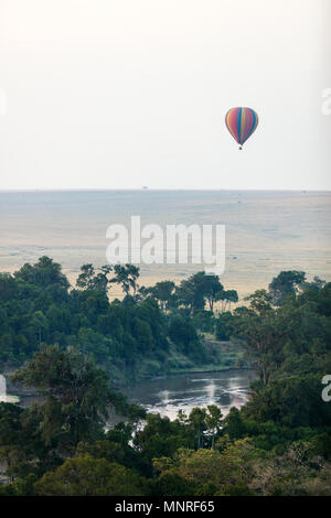 Flug am frühen Morgen von heißen Ballons über Masai Mara National Park, Kenia - Stockfoto
