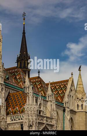 Die weißen gotische Fassade des Hl. Matthias Kathedrale. Details und Elemente der Einrichtung der Kathedrale von St. Matthias in Budapest, Ungarn - Stockfoto