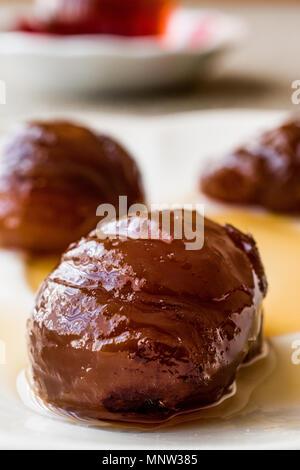 Türkische Kastanie Dessert mit Kaffee/Kestane sekeri. Traditionelle Speisen. - Stockfoto