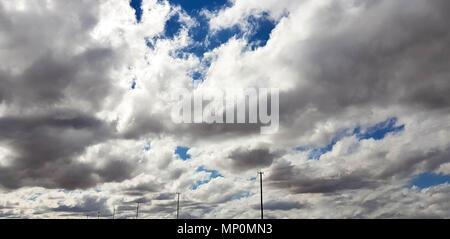 Blauen Wolkenhimmel - Stockfoto