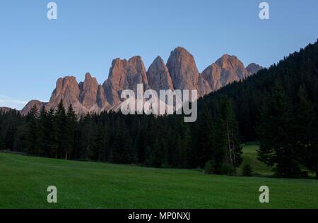 Blick auf die Geisler Gruppe von Bergen, Teil der Dolomiten im Naturpark Puez-Geisler, Funes Provinz Bozen - Südtirol, Italien. - Stockfoto