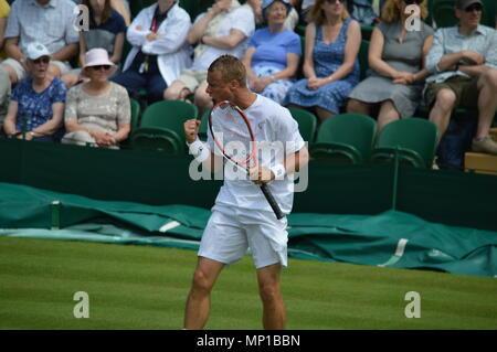 Lleyton Hewitt feiern Sieg einen Punkt mit einer Faust Pumpe in Wimbledon - Stockfoto