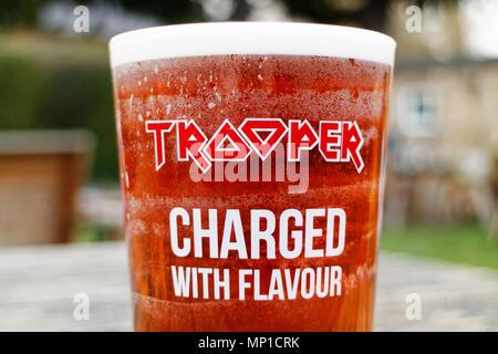 Ein pint Trooper Bier, in Zusammenarbeit mit der Britischen Heavy Metal Gruppe Iron Maiden gemacht - Stockfoto