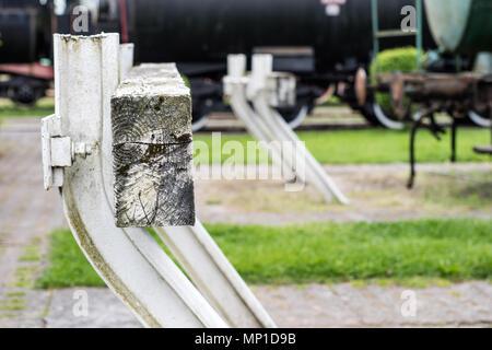 Ende der Gleisanlagen im Bahnhof. Ein weißer Bau blockieren die Passage von Lokomotiven. Saison der Feder. - Stockfoto