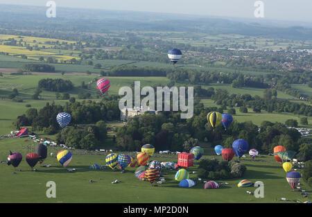 Der Freitag abend Ballon Start von Ragley Hall, die bis zu zwei Tag Airshow am Wochenende. - Stockfoto