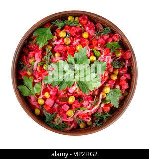 Vinaigrette Salat mit gekochtem Gemüse, Gewürzgurken, Sauerkraut und Konserven Erbsen in einem Ton Schüssel isoliert auf Weiss. Traditionelle russische sn - Stockfoto