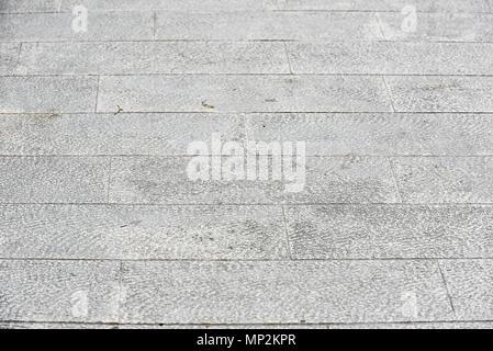 Dreckig außerhalb der Altstadt Terrasse aus Granit Fliesen. Bild von außen Bodenbeläge mit alten grauen mittelalterlichen Gehwegplatten in alten Europäischen mediterrane Stadtzentrum. - Stockfoto