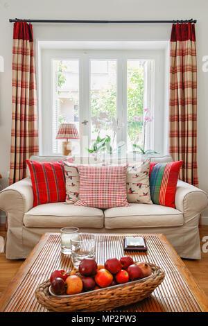 englischen country stil wohnzimmer mit kaminsims st ck sessel und teppich stockfoto bild. Black Bedroom Furniture Sets. Home Design Ideas