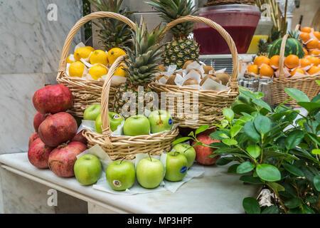 Eine Frucht Anzeige im Souk Restaurant in der Wafi Shopping Center, Dubai, Vereinigte Arabische Emirate, Naher Osten. - Stockfoto