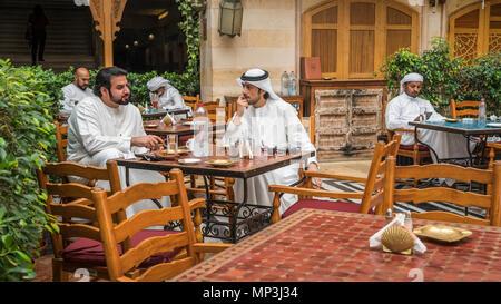 Männer in Arabischen traditionelles Kleid im Souk Restaurant in der Wafi Shopping Center, Dubai, Vereinigte Arabische Emirate, Naher Osten. - Stockfoto