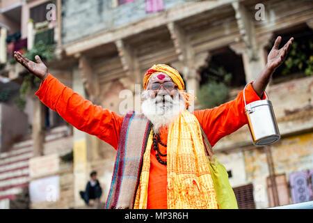 VARANASI - Indien - 13. NOVEMBER 2017. Ein Sadhu posiert für ein Foto auf der Ghat in Varanasi, Indien. - Stockfoto