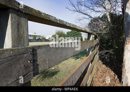 Auf der Suche durch einen Zaun gibt eine andere Perspektive auf Ihre normale Ansicht - Stockfoto