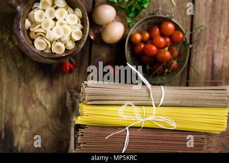 Kochen Konzept. Pasta mit Zutaten. Tomaten, Spaghetti, Eier und Kräuter - Stockfoto