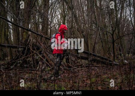 Walker im Wald mit Kompass weg zu finden - Stockfoto