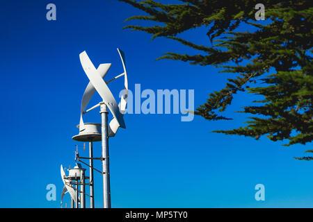 Solar Wind Polen gegen ein blauer Himmel - Stockfoto
