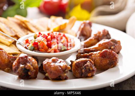 Barbeque Chicken Wings mit Salsa - Stockfoto