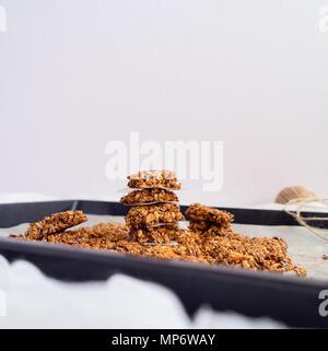 Granola Bars, gehackt, weißer Hintergrund - Stockfoto