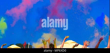 An der Farbe Holi Festival, Hände in die Luft, blauer Himmel hinter - Stockfoto