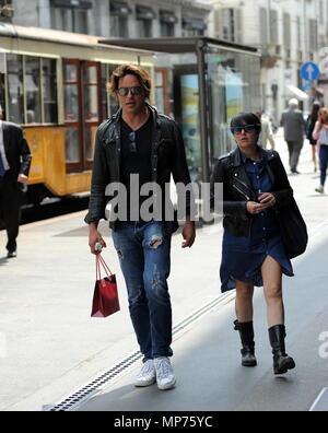 Mailand, Gabriel Garko im Zentrum für Shopping mit geheimnisvolle Mädchen Gabriel Garko überrascht zu Fuß durch die Straßen der Innenstadt mit einem mysteriösen Mädchen. Hier sind Sie zu Fuß in die Via Montenapoleone, nach dem Einkaufen, und die zwei Leiter für das Armani Hotel. - Stockfoto