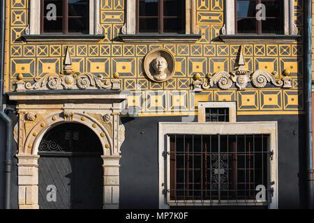 Die Warschauer Altstadt, mit Blick auf die originale barocke Fassade von 36 Old Town Square im Zentrum der Stare Miasto (Altstadt) in Warschau, Polen. - Stockfoto