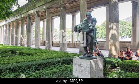 BERLIN, DEUTSCHLAND - 31. JULI 2016: Gerettet Skulptur von Adolf krohni on, in der kolonnadenhof vor der Alten Nationalgalerie in Berlin, Deutschland - Stockfoto