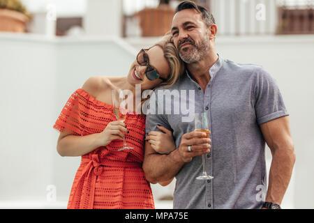 Paar mit einem Glas Wein zusammen. Paar eine gute Zeit zusammen verbringen. - Stockfoto