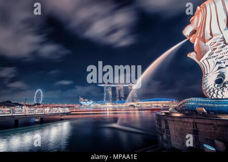 Nachtansicht von Merlion Statue und Hochhäuser in Singapur Stadt - Stockfoto