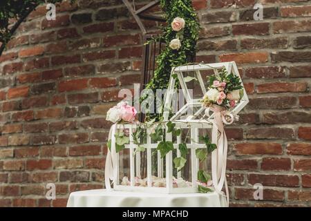 Hochzeit Dekoration mit Käfig auf dem Tisch - Stockfoto