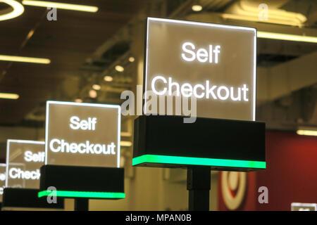 Self Service Kasse steht, Ziel Department Store, NEW YORK CITY, USA - Stockfoto