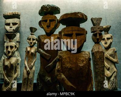 Ausstellung im Museum der Pre-Columbiam Kunst, Santiago, Chile. Holzfiguren mit oberen Knoten, genannt Chemamulles, an der andinen Kultur Mapuche Friedhöfe gefunden - Stockfoto