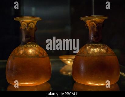 Ausstellung im Museum der Pre-Columbiam Kunst, Santiago, Chile. Ein paar der andinen Kultur Glas Container mit Gesichtern - Stockfoto