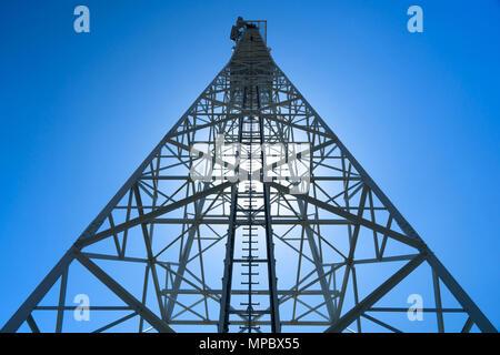 Telefon Tower von unten gegen Sun - Stockfoto