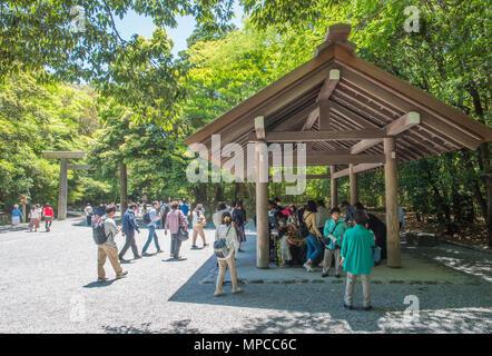 Besucher waschen bei temizusha sich vor der Eingabe von Heiligtum zu beten Reinigen, Naiku, Ise Jingu, Mie, Japan - Stockfoto
