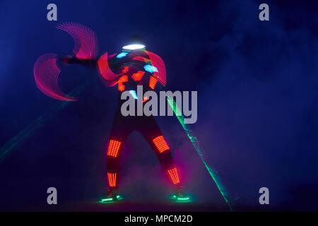 Laser show Performance, Tänzer in led-Anzüge mit LED-Lampe, sehr schöne Nacht Club Performance, party - Stockfoto