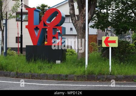 Eine 'Liebe' Skulptur von Robert Indiana auf einem Kreisverkehr in suburban Chiba City. Es wurde von Zozotown Gründer Yusaku Maezawa gespendet. - Stockfoto