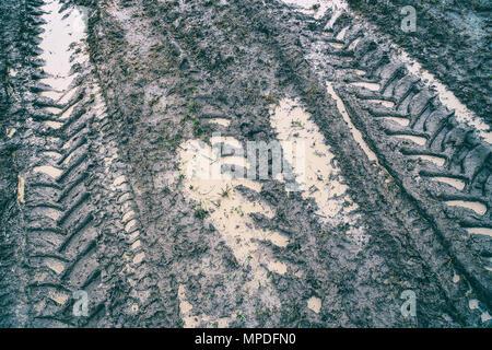 Impressum von einem Geländewagen Reifen auf einem schmutzigen Feldweg - Stockfoto