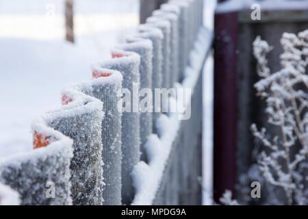 Raureif auf Wellpappe Zaun in der Perspektive - Stockfoto