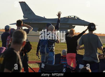 Geelong, Australien - US Air Force Maj Richard Smeeding, F-16 Viper Demonstration Team Pilot, Wellen zu einem erfreut Masse während der Australian International Airshow und Luftfahrt & Verteidigung Exposition (AVALON) März 3. AVALON 2017 ist die größte und umfassendste Veranstaltung ihrer Art in der südlichen Hemisphäre und zieht die Luft- und Raumfahrt Berufe, Verteidigung, Luftfahrt Enthusiasten und die allgemeine Öffentlichkeit. Die USA beteiligt sich an AVALON 2017 und andere ähnliche Ereignisse der US-Engagement für die regionale Sicherheit und Stabilität unter Beweis zu stellen. (U.S. Air Force Foto/Master Sgt. John - Stockfoto