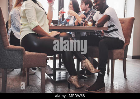 Flirten unter dem tisch