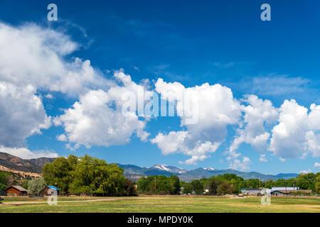 Geschwollene weiße Wolken gegen eine klare azurblauen Himmel; Vandaveer Ranch; Salida, Colorado, USA - Stockfoto