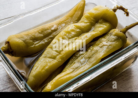 Gebeizt gelbes Papier in Glasschale. Ökologische Lebensmittel. - Stockfoto