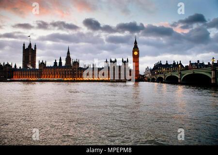Eine beleuchtete Parlament des Vereinigten Königreichs und der Thames River am späten Nachmittag oder frühen Abend - Stockfoto