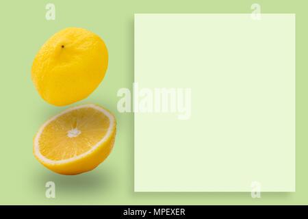 Zitronenscheiben Muster auf grünem Hintergrund. Essen Konzept. - Stockfoto