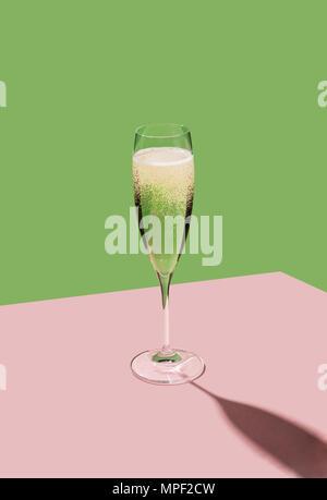 Eine Flöte, gefüllt mit Prosecco, einem italienischen weißen Schaumwein in Valdobbiadene kultiviert. Pop bunten Hintergrund - Stockfoto