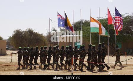 Nigrischen Armee März zur Parade Feld für die Eröffnungsfeier der Musketen 2017 Diffa, Niger, Jan. 27, 2017. Flintlock ist ein Special Operations Forces Übung auf dem Weg zur Interoperabilität zwischen afrikanischen und westlichen Nationen ausgerichtet. (U.S. Armee Foto von SPC. Zayid Ballesteros) - Stockfoto