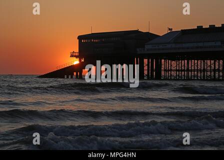 Cromer Pier, Norfolk. 22. Mai, 2018. UK Wetter: Die Sonne geht hinter Cromer Pier auf einem schönen Start in den Tag in Cromer, North Norfolk, am 22. Mai 2018. Credit: Paul Marriott/Alamy leben Nachrichten - Stockfoto