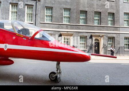 Downing Street, London, UK. 23 Mai, 2018. Ein roter Pfeil jet externe Nummer 10 Downing Street, London, UK geparkt, zu 100 Jahren der RAF (Royal Air Force) CREDIT: Chris Aubrey/Alamy Leben Nachrichten markieren - Stockfoto