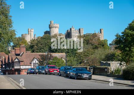 Arundel Stadtburg. Autos, die an einer Straße in der Nähe von Arundel Castle in Arundel, West Sussex, Großbritannien, geparkt sind.