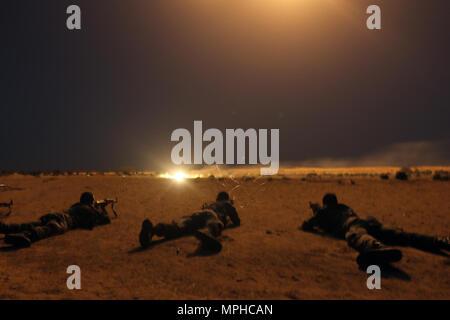 Nigrischen Armee Soldaten schießen Ziele unter 60 mm Beleuchtung Mörtel Runden als Teil der Übung Flintlock 2017 Diffa, Niger, 9. März 2017. Kenntnisse in Übungen in Flintlock können in der Multinationalen Kampf gegen gewalttätigen extremistischen Organisationen verwendet werden. - Stockfoto