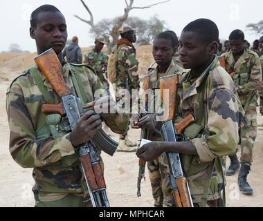 Nigrischen Soldaten bereiten Ihre Zeitschriften für Demontiertem Patrouille während der Übung Flintlock 2017 Diffa, Niger, 11. März 2017. Flintlock bündelt Kräfte, die das gemeinsame Ziel des Friedens und der Stabilität in Nord- und Westafrika. (U.S. Armee Foto von SPC. Zayid Ballesteros) - Stockfoto